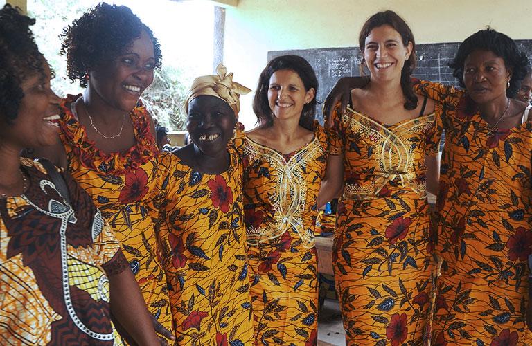 foto - mujeres de ALBOAN junto a mujeres de Congo