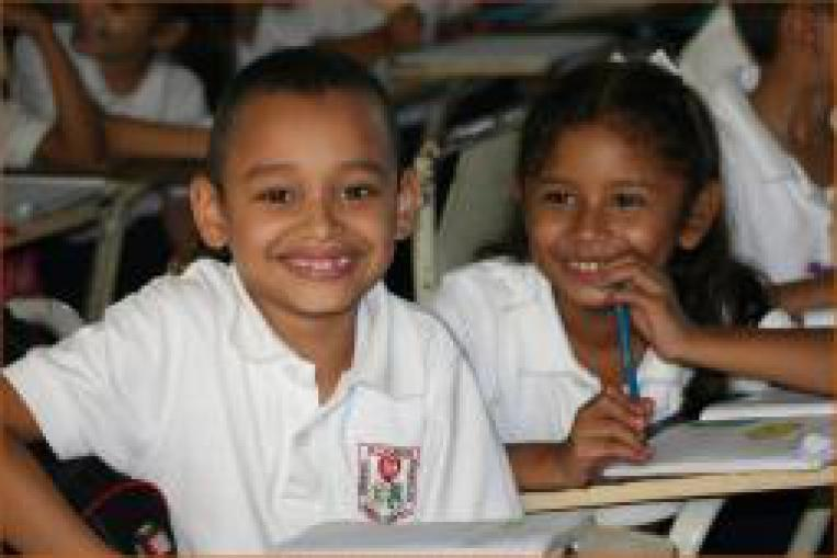 Niños sonrientes en escuela