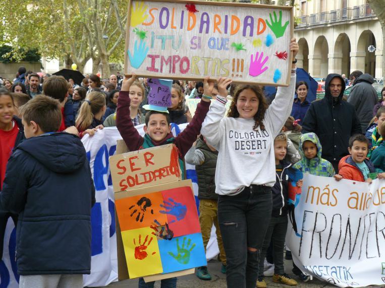 Migranteekiko elkartasun olatuak blai egin zuen Iruñea
