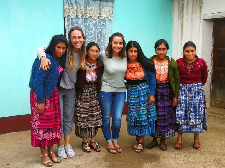 Edurne y su compañera Nerea durante su estancia con el IGER, Guatemala
