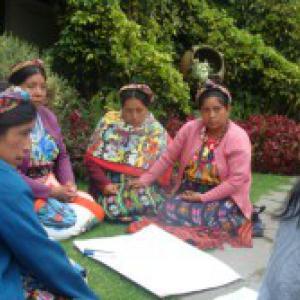 Mujeres mayas de Guatemala sentadas